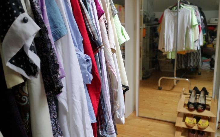 Freeshop v Komunitním centru Prádelna podporuje udržitelný životní styl