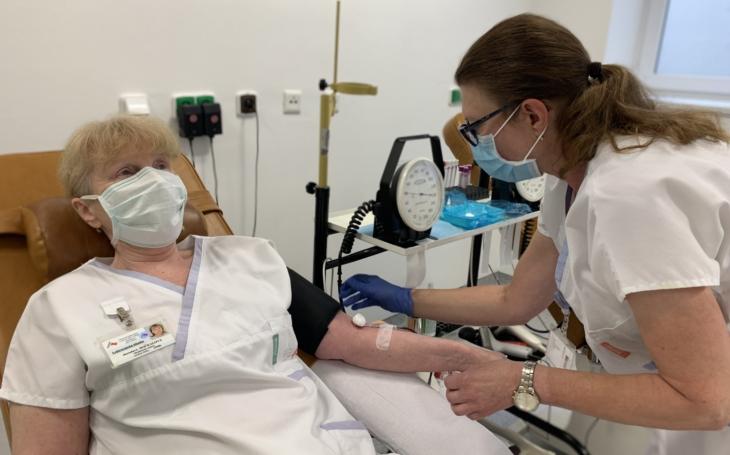 Hlavně pomáhat, dokud to jde, říká dárkyně, která pro naše zdravotnictví krvácí už 12 let. Teď získala Janského stříbrnou medaili