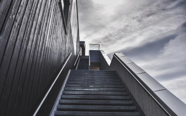 Nahoru po - pracovním - schodišti dolů. Glosa Iva Fencla
