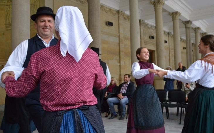 Černo Okybača o večky zatáča, besky debesky a ejchuchů. V Karlových Varech se roztočí v kole tradiční folklorní festival