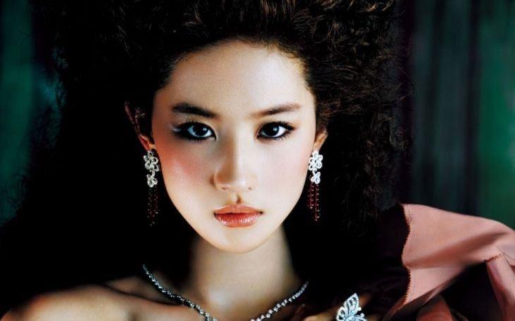 Hvězda filmu Mulan, herečka, zpěvačka a čínská módní ikona, má pořádný problém. Sobota Pavla Přeučila
