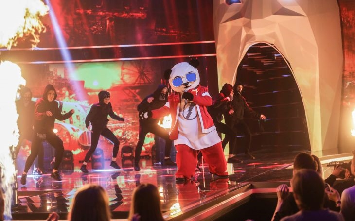 Je to divný svět, divně tleská, když vám ve zpívání vadí zlatá maska. TV glosář Ely Novákové