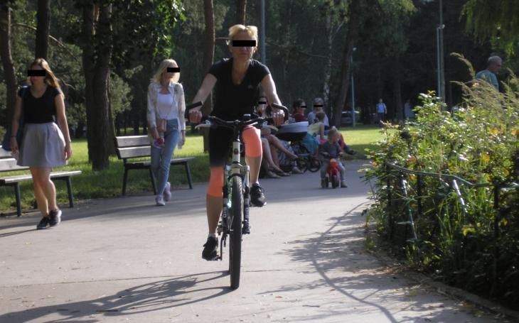 Cyklisté v parku ohrožují děti i seniory, policii to nezajímá. Stejně jako názory veřejnosti. Co zaujalo Jiřího Macků