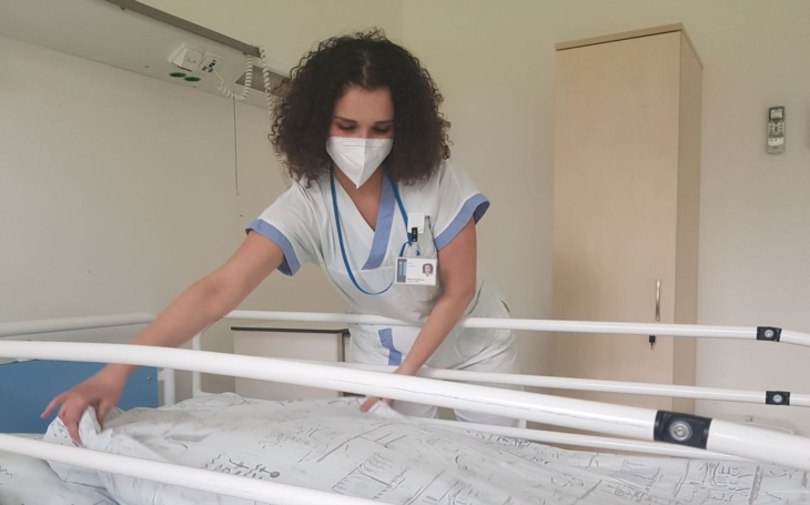 CNN točila v Baťově nemocnici ve Zlíně. Tuto statečnou sestřičku - studentku představí celému světu