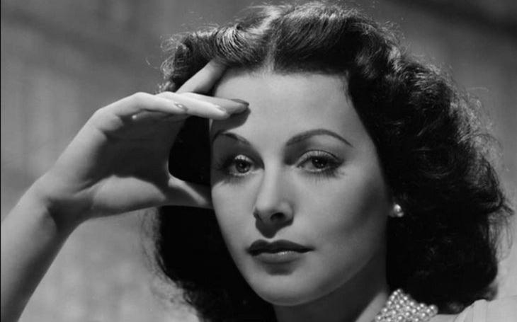 Díky nudnému Hollywoodu objevila kouzlo fyziky. A pošesté se provdala za svého rozvodového právníka. Tajnosti slavných