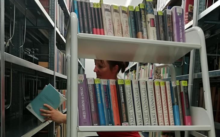 Nemůžete přežít bez pravidelného přísunu knížek? Knihovny jdou takovým potřebám vstříc, ve Zlíně zavedli dovoz až pod nos