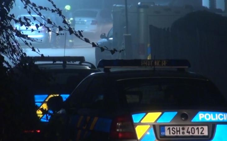 Rozmlátili vrata, dveře, okna i okýnka u auta, snad ze srandy. Alarmující postup policistů u tragédie na Kladensku, kde se staly dvě vraždy a sebevražda