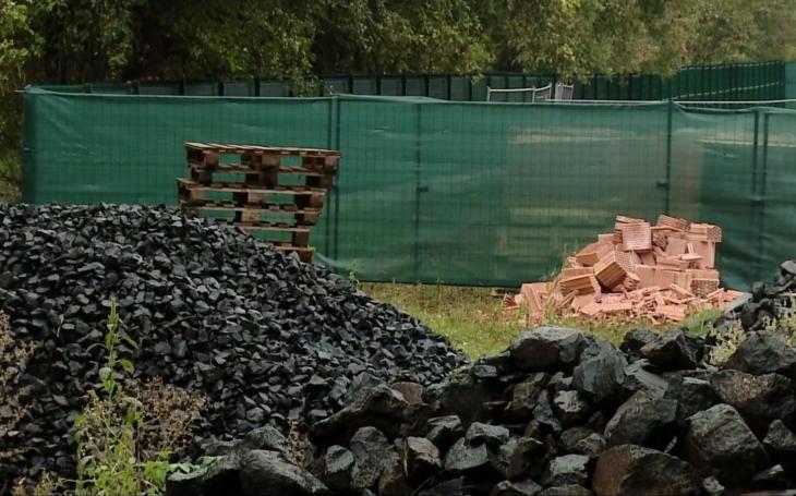 Místní podnikatelský boss staví barák v přírodním parku. Z úřadů si nic nedělá, a co je horší, úřady také nedělají nic. Až musel ombudsman...