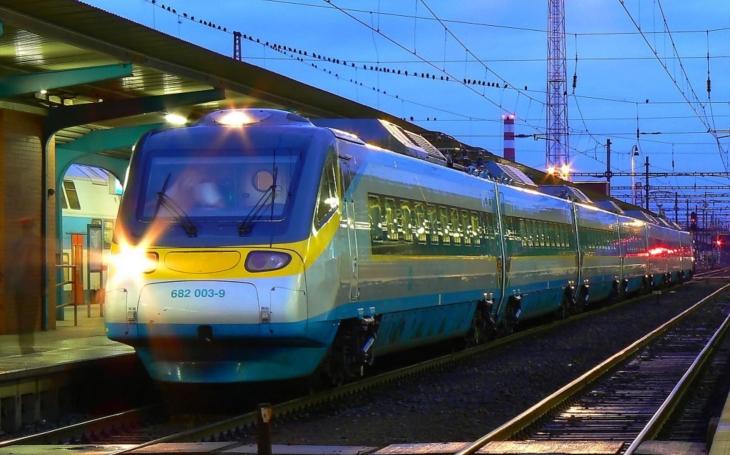 Ten český šlendrián. Zatímco Japonskem fičí Šinkansen a Francií TGV, naše dráhy, pomalé jak šnek, řeší jízdenky. Proč?