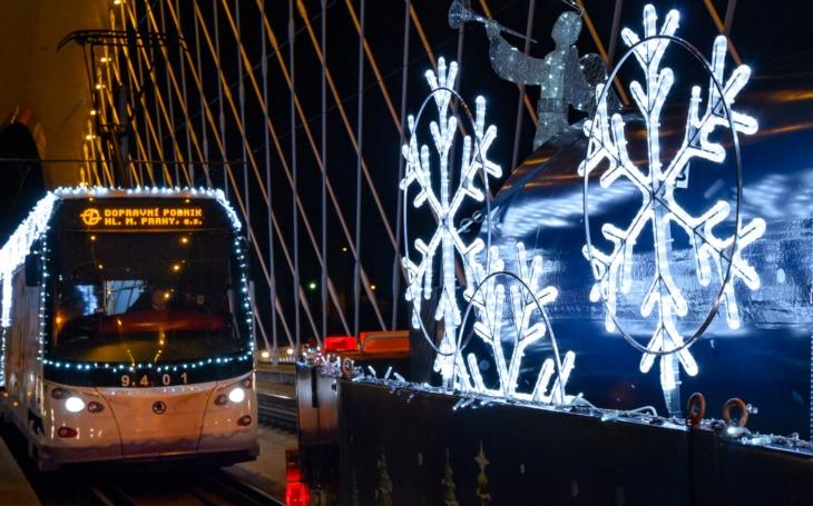 V neděli se rozsvítí tři vánoční tramvaje a retrobus, cestující se nimi mohou svézt na linkách 2, 9, 124 a 175 až do Tří králů