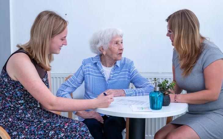 Vrátit seniorům devizy pomoci, naděje a radosti… Pečovatelská služba Centra sociální a ošetřovatelské pomoci Praha 5 je tu pro vás