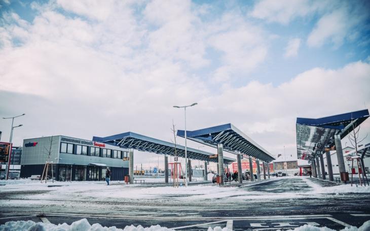 Pěkné nové autobusové nádraží s nástupišti, pokrytými stříškami se zeleným porostem. Je to málo? V Šumperku si to nemyslí