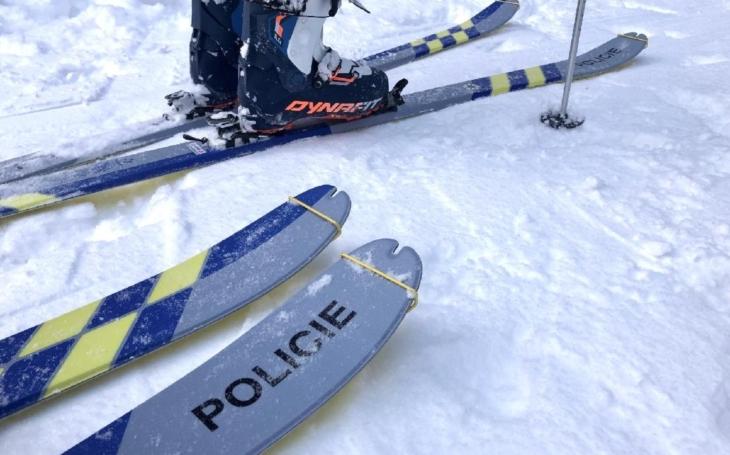 Flákanec z Krkonoš si od soudu může odnést až čtyři roky žaláře. Když ho chytí. Chlupatí nasazují lyže a hrnou se do akce