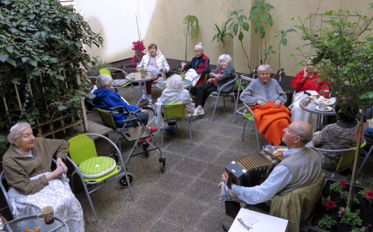 Odlehčovací pobytová služba pro rodiny a pečující o seniory. Jak pomoci rodinám v péči o své blízké