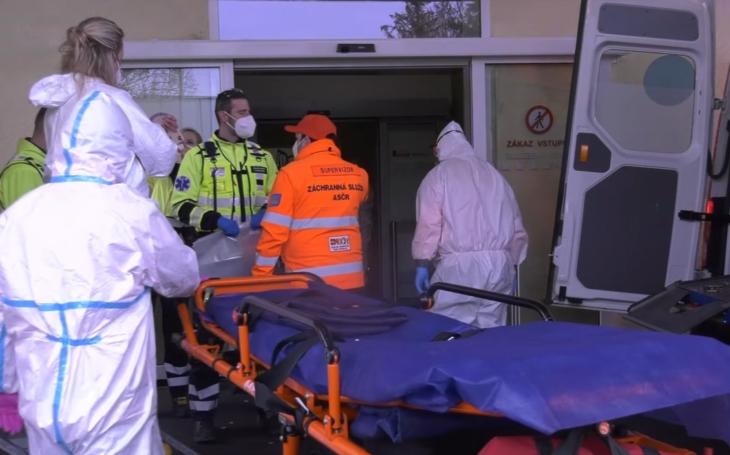 Je to zlé, nemocnice v Chebu je na hranicích možností. Vozit ale covid pacienty do Německa by Babiše i Blatného ponížilo