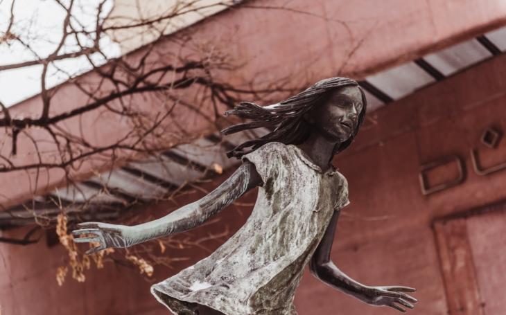 Dobrý příklad umění ve veřejném prostoru, to je Kurt Gebauer a Opava. Proč se jeho ´Utíkající dívka´ tak znelíbila komančům, až skončila v Belgii?