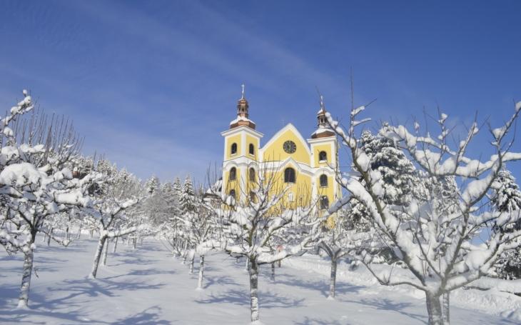 Nádherně opravený barokní kostel se skleněnou střechou. Na počátku byla ruina, farář a dvě spřátelené rodiny, dnes je v Neratově živo