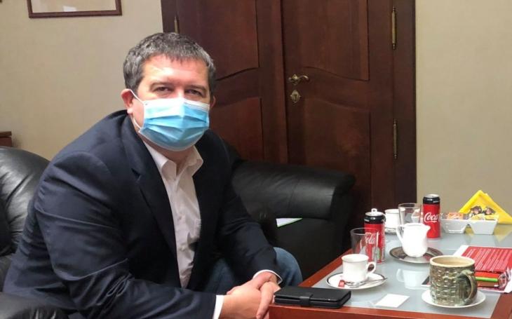 Podle ministra Hamáčka začala pandemie minulé úterý. Komentář Štěpána Chába