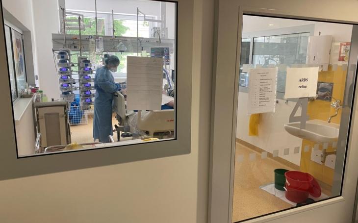 Většinu pacientů dostáváme z nemocnic, říká doktor Šrámek od sv. Anny, který se stará o nejtěžší covidové případy. A humoru prý ubývá