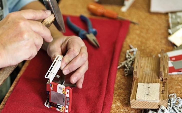 Jak se dělá hasičské autíčko, i v detailech věrné předloze? Výrobce plechových hraček nechává nahlédnout do zákulisí