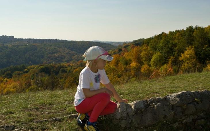 Pro hravé a zvídavé, a to v každém věku: Výlet s tajenkou ´Z pravěkých hradišť Prokopského údolí až na Děvín´