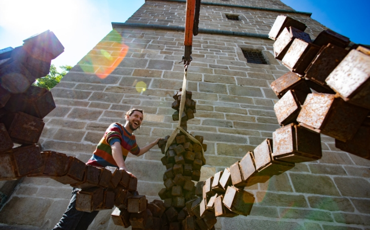 Proti vandalům není obrana, to by musely být sochy opancéřované... Jen v Budějovicích uvidíte žebráka, který nic nechce
