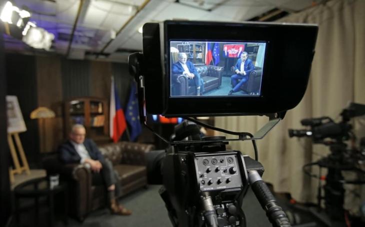 Prapodivný zážitek na obrazovce. Majitel TV Barrandov Jaromír Soukup zahájil předvolební kampaň podle hesla ´kdo maže, ten jede´. TV glosář Ely Novákové
