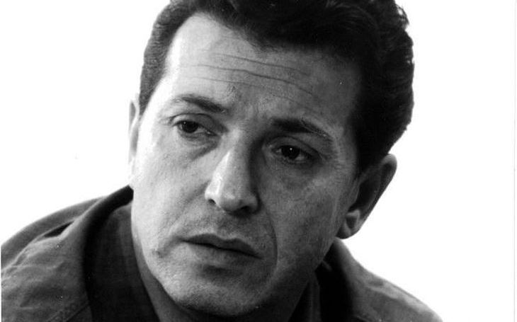 Král detektivky a mistr satiry si českého Maigreta vypůjčil a pro cenzory vymýšlel speciální 'špeky'. Tajnosti slavných