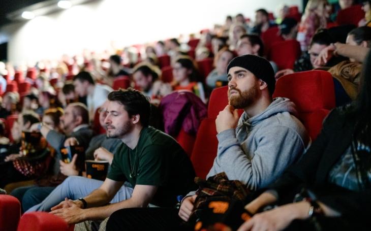 Uměřená společenskost chození do kina. Tohle pochopí leda pověstně nemilosrdný filmový kritik František Fuka. Glosa Iva Fencla