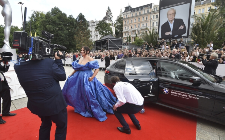 Královna Čvančarka I. Není ale jediná, která přikryla barokní tvary umně ušitou róbou. MFF Karlovy Vary, červený koberec