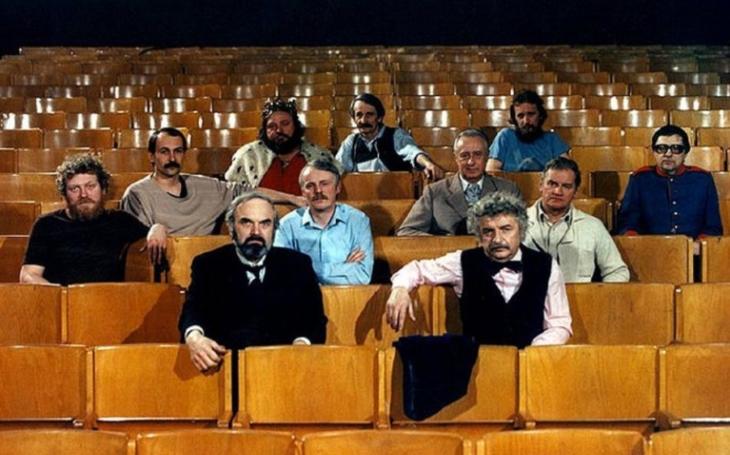 V roce 1988 vzniklo 34 českých filmů, roku 1981 jich bylo natočeno jen pro kina pětačtyřicet. A teď? Glosa Iva Fencla