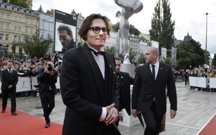 I Johnny Depp má, překvapivě, smoking. A Ethan Hawke super boty. Poslední červený koberec, Vary skončily. Ať žije 56. ročník MFF