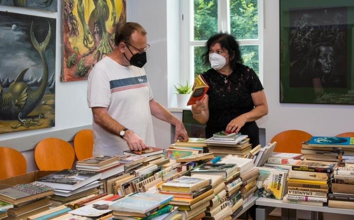 Vřelý vztah ke knihám napříč generacemi a podpora čtenářství: Letní Knižní Freeshop v Komunitním centru Prádelna