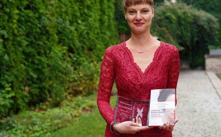 RECENZE Kateřina Rudčenková, Amáliina nehybnost. Vítězný román literární ceny Reflexu. A pořádná depka závdavkem