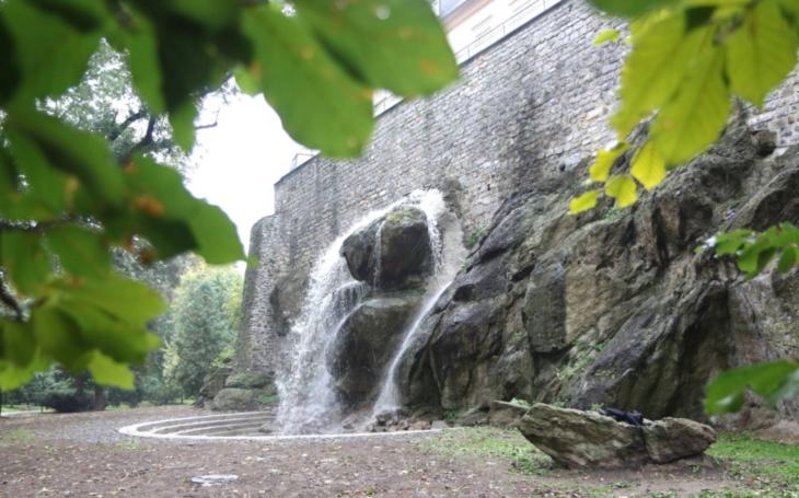 Když nemůže Niagára do Olomouce, vyrobí si Olomouc vlastní. Vodopád v parku má i své mouchy a kritiky