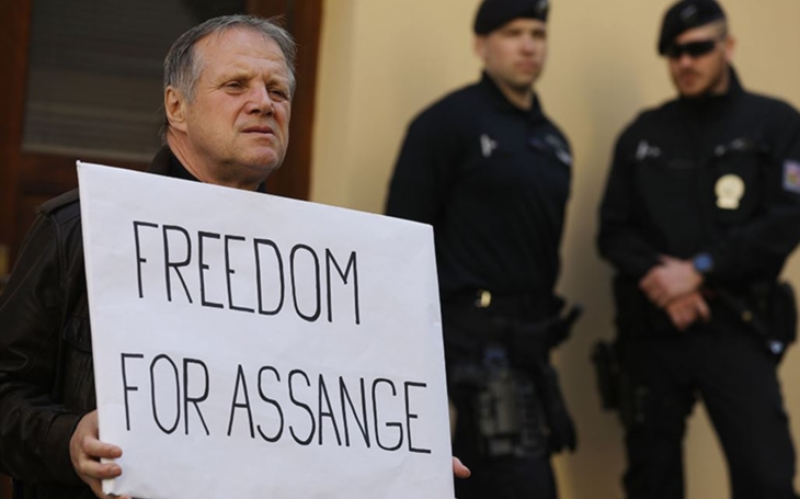 Vězni svědomí stále v kriminálu. Propusťte Assangeho. Komentář Štěpána Chába